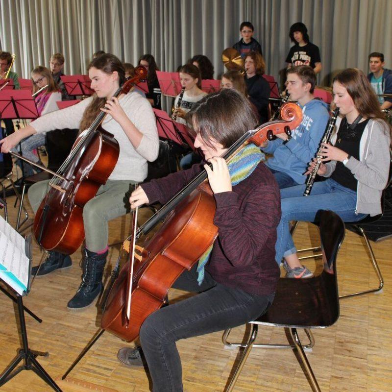 Das Schulorchester beim Proben